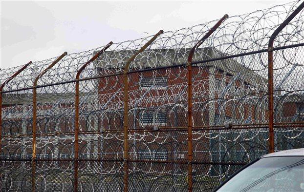 Η τρομερή φυλακή Ράικερς της Νέας Υόρκης, όπου οδηγήθηκε σιδηροδέσμιος ο κατηγορούμενος επικεφαλής του ΔΝΤ, Ντομινίκ Στρος Καν (AP Photo/Bebeto Matthews)