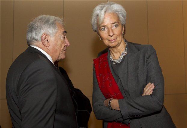 Φωτ.αρχείου: Η επικρατέστερη διάδοχος του Ντομινίκ Στρος-Καν (αριστερά) στην κορυφή του ΔΝΤ, σημερινή υπουργός οικονομικών της Γαλλίας, Κριστίν Λαγκάρντ, σε συνάντησή τους στις 21/2/2011 [EPA/IAN LANGSDON]