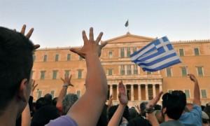 Ελληνικές σημαίες, «μούντζες» και συνθήματα κατα των πολιτικών και της Βουλής κυριάρχησαν στο Σύνταγμα