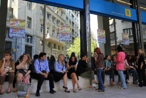 Υπάλληλοι του Ταχυδρομικού Ταμιευτηρίου έχουν καταλάβει την είσοδο του κεντρικού κτιρίου της τράπεζας διαμαρτυρόμενοι για την απόφαση της κυβέρνησης να ιδιωτικοποιηθεί