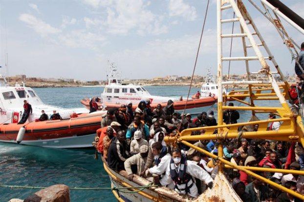 Ενα μικρό πλοιάριο με αφρικανούς μετανάστες καταφτάνει, πριν μερικές ημέρες, στο λιμάνι της Λαμπεντούζα