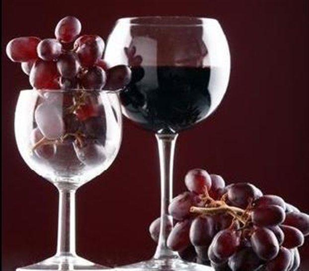 Αμερικανοί ερευνητές δημιούργησαν τις πολύτιμες πολυφαινόλες του κρασιού στο εργαστήριο ανοίγοντας τον δρόμο για την ημέρα που θα ωφελούμαστε από τις ιδιότητες του κόκκινου κρασιού χωρίς να χρειάζεται να το πίνουμε