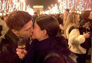 Ένα φιλί στον δρόμο δεν είναι κοινωνικά αποδεκτό σε όλες τις χώρες. Στο Παρίσι πάντως, μάλλον συνηθίζεται...