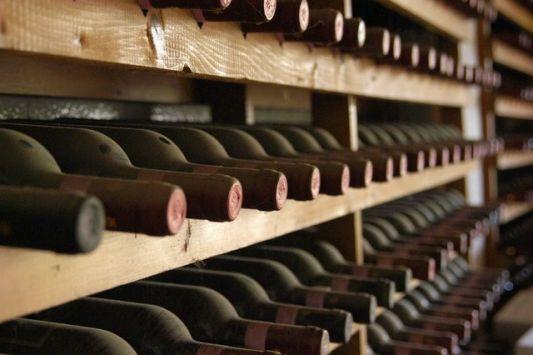 Το ρεκόρ πάντως του ακριβότερου κρασιού στον κόσμο κατέχει ένα Cheval Blanc 1947, ένα κόκκινο κρασί που πουλήθηκε από τον οίκο Christie's για 304.375 δολάρια στη Γενεύη τον περασμένο Νοέμβριο