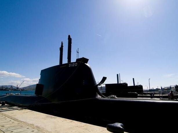 ΥΠΟΒΡΥΧΙΑ - Το νέο απόκτημα του Πολεμικού Ναυτικού, το υποβρύχιο τύπου 214, «Παπανικολής» (S120), βρίσκεται εδώ και 4 μήνες στον ναύσταθμο της Σαλαμίνας. Η ελληνική σημαία υψώθηκε στο πιο σύγχρονο απόκτημα του Πολεμικού Ναυτικού στο Κίελο της Γερμανίας, στις 27 Οκτωβρίου του 2010. Παρασκευή 15 Απρίλίου 2011 ΑΠΕ ΜΠΕ/ΑΠΕ ΜΠΕ/STR (File: GRE9825606.jpg )