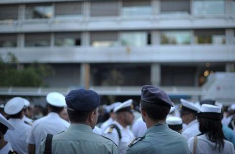 ΕΝΣΤΟΛΟΙ - Στιγμιότυπο από παλαιότερη συγκέντρωση διαμαρτυρίας των ενστόλων στο υπουργείο Οικονομικών   (Φωτογραφία:  ΑΠΕ )
