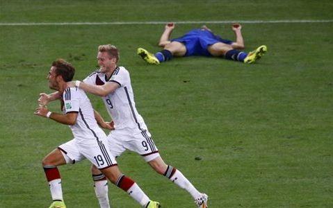 Ο Γκέτσε μόλις έχει σκοράρει και ουσιαστικά χαρίζει το βαρύτιμο τρόπαιο στη Γερμανία   (Φωτογραφία:  Reuters )