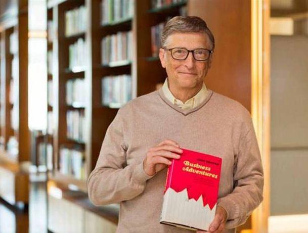 ΜΠΙΛ ΓΚΕΙΤΣ - Ο συνιδρυτής της Microsoft Μπιλ Γκέιτς ποζάρει κρατώντας το αγαπημένο του βιβλίο με τίτλο «Επιχειρηματικές Περιπέτειες»