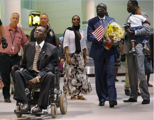ΣΟΥΔΑΝ - ΧΡΙΣΤΙΑΝΗ -H Μεριάμ Ιμπραχίμ με την οικογένεια της στο αεροδρόμιο της Μάντσεστερ ( Πηγή: REUTERS)