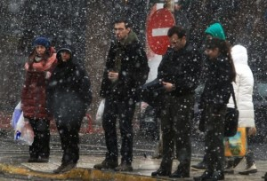 XIONIA - Περαστικοί περιμένουν να διασχίσουν κεντρικό δρόμο της Αθήνας κάτω από πυκνή χιονόπτωση, Τρίτη 10 Φεβρουαρίου 2015. ΑΠΕ-ΜΠΕ/ΑΠΕ-ΜΠΕ/ΣΥΜΕΛΑ ΠΑΝΤΖΑΡΤΖΗ (File: 14984636.jpg )