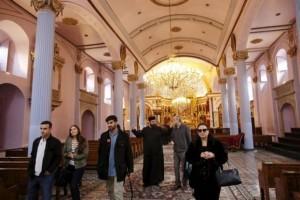 Αρμένιος παπάς ξεναγεί επισκέπτες στην εκκλησία του Αρμενικού Πατριαρχείου της Κωνσταντινούπολης την Πέμπτη. Αρμένιοι από τις ΗΠΑ, τη Γαλλία και άλλες χώρες βρίσκονται στην Τουρκία για την 100ή επέτειο της γενοκτονίας