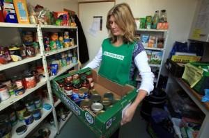 παντοπωλειο - Εθελόντρια σε τράπεζα τροφίμων στο Σόλσμπερι