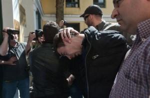 Ο 27χρονος κατά τη μεταφορά του στα δικαστήρια Ευελπίδων   -Φωτογραφία  Intime