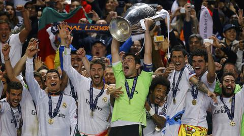 Real Madrid's captain Iker Casillas and team mates celebrate with the trophy after defeating Atletico Madrid in their Champions League final soccer match at the Luz Stadium in Lisbon, May 24, 2014.   REUTERS/Kai Pfaffenbach (PORTUGAL  - Tags: SPORT SOCCER TPX IMAGES OF THE DAY)