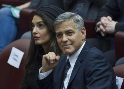epa05336474 US actor George Clooney and his wife Amal Alamuddin at a meeting with the Scholas Occurrentes, an educational organization founded by Pope Francis, at the Vatican, 29 May 2016. EPA/GIORGIO ONORATI