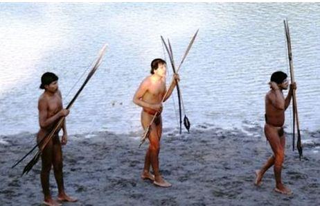 ΑΓΝΩΣΤΗ ΦΙΛΗ - Μέλη της φυλής που κρατούσαν τόξα φωτογραφήθηκαν στις όχθες ποταμού της πολιτείας Άκρε της Βραζιλίας (Πηγή: Funai)
